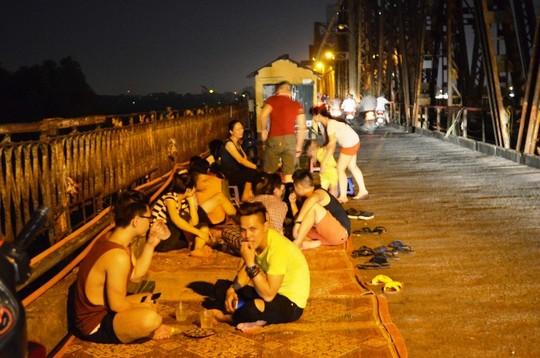 Thời tiết oii bức về đêm khiến người dân Hà Nội kéo nhau lên cầu Long Biên hóng mát Ảnh: Nguyễn Hưởng