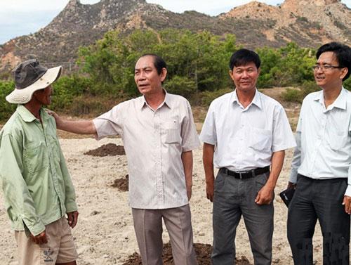 Ông Trần Xuân Hòa (thứ hai từ trái sang), Phó Chủ tịch Thường trực UBND tỉnh Ninh Thuận, kiểm tra tình hình hạn hán và thăm hỏi nông dân huyện Thuận Nam