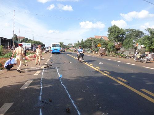 Hiện trường vụ tai nạn giao thông làm 2 người chết xảy ra ngày 23-7 trên Quốc lộ 14, đoạn qua tỉnh Đắk Nông Ảnh: CAO NGUYÊN
