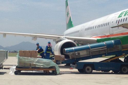 Vận chuyển hành lý lên tàu bay tại cảng hàng không quốc tế Nội Bài và đối tượng Nguyễn Quốc Thắng (ảnh trên) Ảnh: PHƯƠNG NHUNG