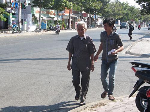 Sau nhiều tháng triền miên đi kêu oan, nay cụ Huỳnh Văn Truyệnlại về quê Cà Mau đón một cái Tết buồn