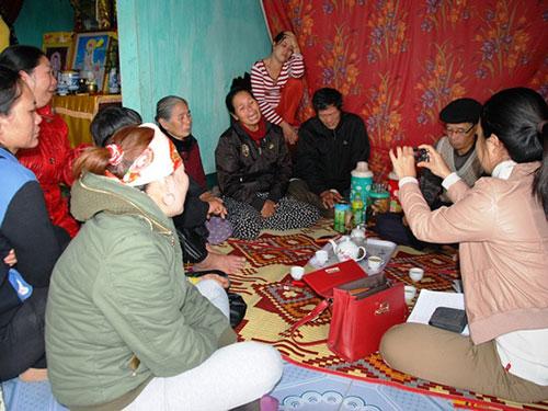 Người thân, hàng xóm tập trung về nhà thuyền viên Võ Văn Hữu động viên gia đình