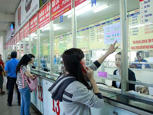 Rất đông hành khách chực chờ mua vé tại các hãng xe thương hiệu (trên) trong khi quầy vé của bến lại thưa thớtẢnh: HOÀNG TRIỀU