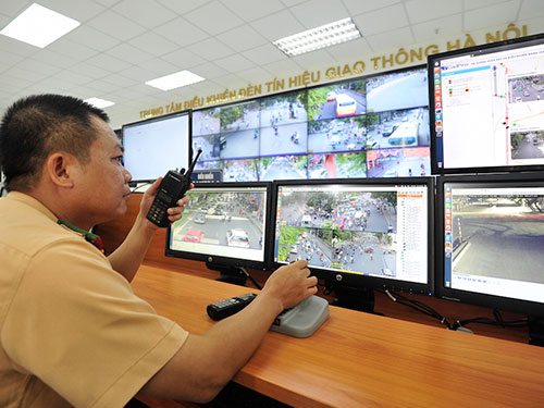 Lực lượng CSGT Hà Nội theo dõi các vi phạm về an toàn giao thông qua hình ảnh do camera giám sát ghi lại