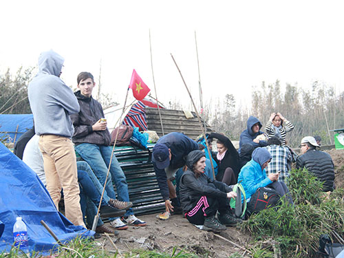 Du khách nước ngoài dựng lều ở ngoài trời tại thị trấn Sa Pa, huyện Sa Pa, tỉnh Lào CaiẢnh: NGUYỄN LÊ