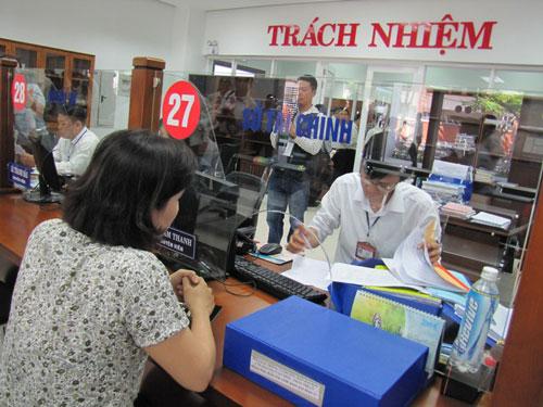 Người dân đến làm việc tại Trung tâm Hành chính TP Đà Nẵng Ảnh: HOÀNG DŨNG