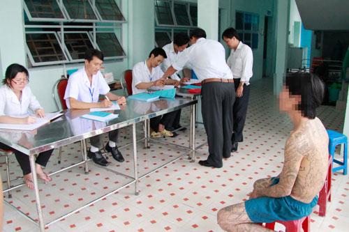 Làm thủ tục tiếp nhận người cai nghiện ma túy tại một cơ sở xã hội ở TP HCMẢnh: Hoàng Triều