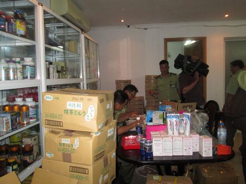 Lực lượng chức năng TP HCM tạm giữ 500 thùng hàng chứa nhiều mỹ phẩm tại chung cư Nguyễn Văn Đậu (quận Bình Thạnh)