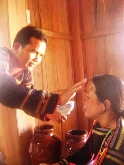 """Y Chứ (ngụ xã Suối Tra, huyện Sơn Hòa, tỉnh Phú Yên) làm lễ """"đổ đầu"""" cho người nhà Ảnh: HỒNG ÁNH"""