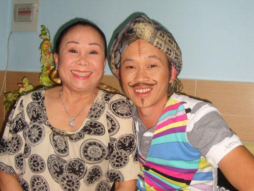 Nghệ sĩ Hoài Linh và Kiều Mai Lý trong vở Đại hỉ
