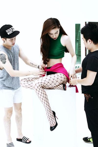 Stylish Lê Minh Ngọc chuẩn bị trang phục cho Hồ Ngọc Hà trước khi xuất hiện trước công chúng Ảnh: TARO