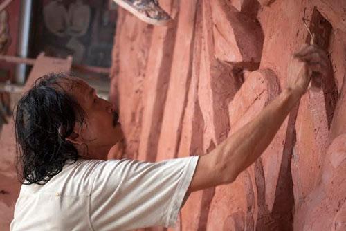 Điêu khắc gia Nguyễn Anh On đang làm mẫu bằng đất sét một công trình phù điêu theo đơn đặt hàng