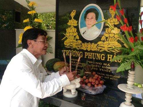 NSƯT Nam Hùng bên ngôi mộ mẹ nuôi - cố NSND Phùng Há
