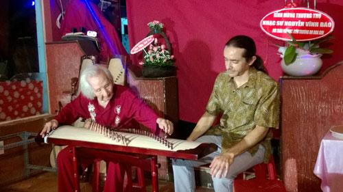 Nhạc sư Nguyễn Vĩnh Bảo hướng dẫn học trò nước ngoài học đàn tranh                                                                                 Ảnh: LÊ HỒNG PHƯỚC