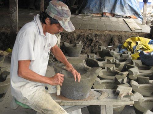 Các cơ sở sản xuất theo quy mô gia đình thường khó thu hút và giữ chân người lao động Ảnh: NGUYÊN KHÔI