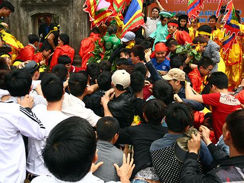 Cảnh chen lấn ở lễ hội đền Gióng (Sóc Sơn, Hà Nội)  Ảnh: NGUYỄN HƯỞNG