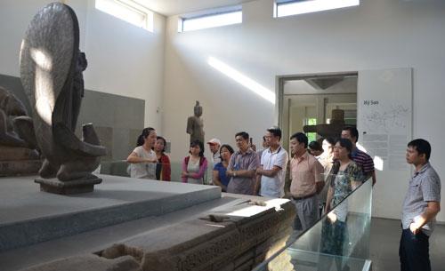 Du khách tham quan tại Bảo tàng Nghệ thuật điêu khắc Chăm - Đà Nẵng