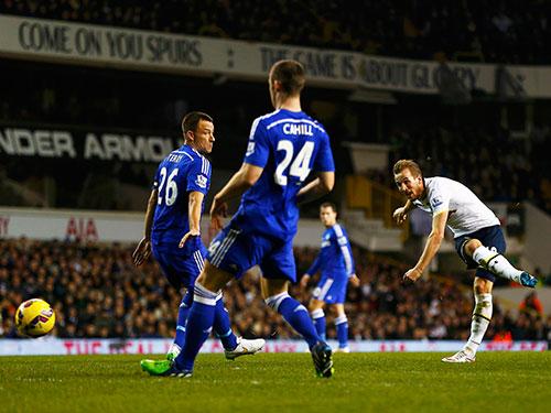 Kane (phải) ở cú sút xa gỡ hòa 1-1, bắt đầu màn lội ngược dòng ngoạn mục cho Tottenham rạng sáng 2-1 Ảnh: REUTERS