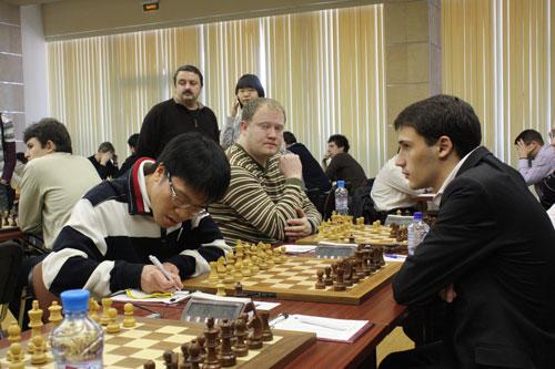 Quang Liêm (trái) quyết tâm tạo bất ngờ ở nội dung cờ tiêu chuẩn sau khi vô địch cờ chớp 2013