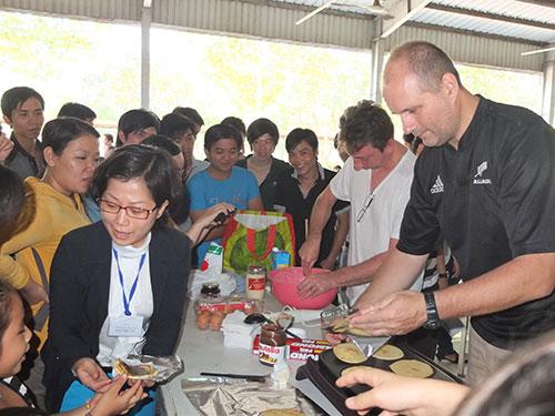 Quản lý Công ty TNHH DI (KCX Linh Trung 2, TP HCM) làm bánh phục vụ con công nhân