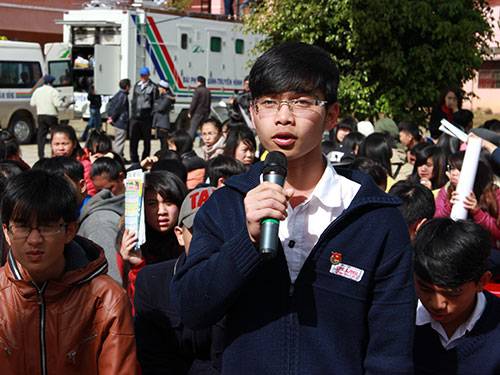 Học sinh Lâm Đồng đặt câu hỏi với ban tư vấn Ảnh: HUY LÂN