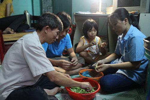 Chuẩn bị bữa ăn đạm bạc của một gia đình công nhân Ảnh: Hồng Đào