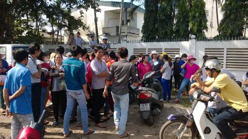 """Công nhân Công ty Carimax Sài Gòn bị """"cấm cửa"""" phải đứng chờ ngoài cổng công ty sáng 9-1"""