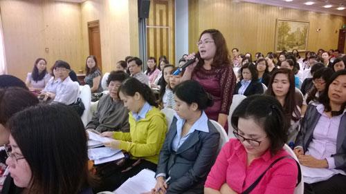 Đại diện một doanh nghiệp đặt câu hỏi với các cơ quan chức năng tại buổi đối thoại giữa doanh nghiệp và chính quyền TP HCM