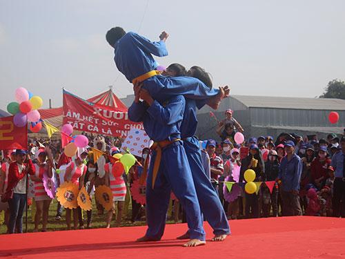 Công nhân Công ty Hansae (100% vốn Hàn Quốc; trụ sở ở huyện Củ Chi, TP HCM) làm hết sức, chơi hết mình và được quan tâm  chăm lo đúng mứcẢnh: KHÁNH CHI
