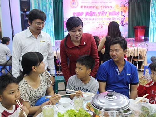 Bà Nguyễn Trần Phượng Trân, Phó Chủ tịch LĐLĐ TP HCM, thăm hỏi công nhân trong bữa cơm thân mật do LĐLĐ quận Thủ Đức tổ chức