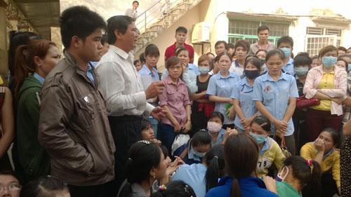 Ông Nguyễn Văn Xem - Phó trưởng Phòng LĐ-TB-XH quận 12, TP HCM - giải đáp thắc mắc về pháp luật lao động cho công nhân