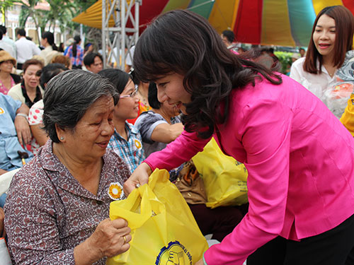 Bà Nguyễn Thị Thu, Chủ tịch LĐLĐ TP HCM, tặng quà cho các nữ công nhân bị tai nạn lao động