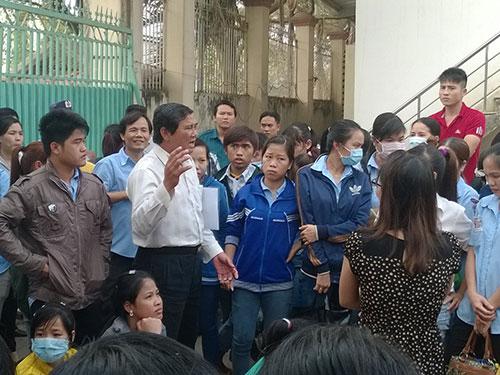 Ông Nguyễn Văn Xem - Phó trưởng Phòng LĐ-TB-XH quận 12, TP HCM - tư vấn pháp luật cho người lao động Ảnh: Mai Chi