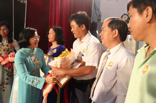 Bà Nguyễn Thị Thu Hà - Ủy viên Trung ương Đảng, Phó Bí thư Thành ủy TP HCM - tặng bằng khen cho các điển hình học Bác