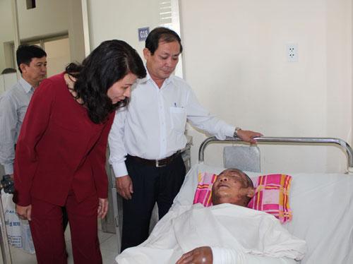 Lãnh đạo LĐLĐ TP HCM thăm một công nhân bị tai nạn lao động Ảnh: THANH NGA