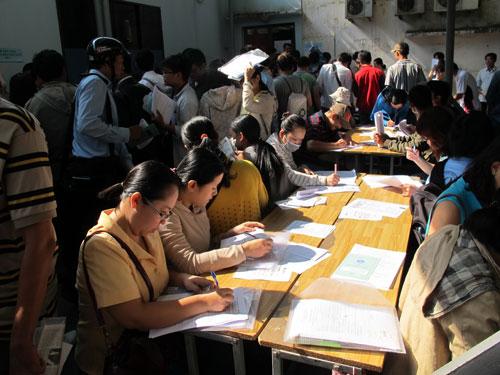 Người lao động tại TP HCM đăng ký thất nghiệp. Không có ai trong số này cho biết sẽ tiếp tục tham gia BHXH tự nguyện Ảnh: HỒNG NHUNG