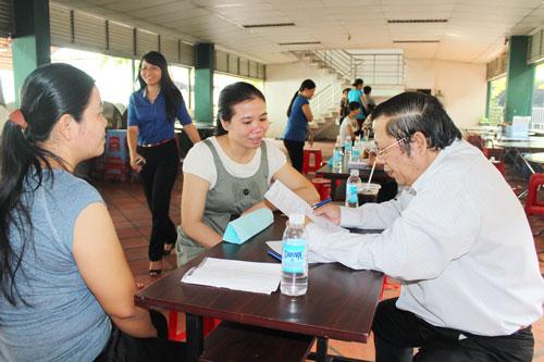 Luật sư trao đổi với người lao động tại một buổi tư vấn pháp luật do LĐLĐ quận Gò Vấp, TP HCM tổ chức Ảnh: THANH NGA