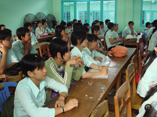 Nhiều lao động nữ ở Đồng Tháp tìm hiểu thông tin đi làm việc ở nước ngoài Ảnh: DUY QUỐC