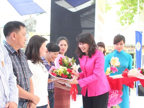 """Bà Nguyễn Thị Thu, Chủ tịch LĐLĐ TP HCM, trao quà cho công nhân trong """"Tháng Công nhân"""" năm 2015 Ảnh: THANH NGA"""