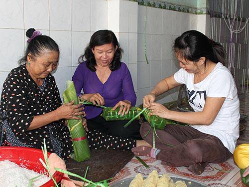 Chủ nhà trọ tại quận Bình Tân, TP HCM gói bánh tét tặng công nhân ở trọ trong dịp Tết Giáp Ngọ Ảnh: THANH NGA