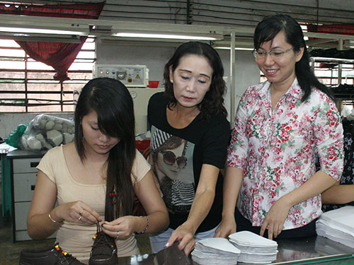 Bà Huỳnh Thị Cẩm Lan (giữa), Giám đốc Công ty Tích Hanh (quận Bình Tân, TP HCM), được đánh giá là chủ doanh nghiệp sống có trách nhiệm với công nhân