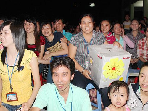 """Nữ công nhân Hồ Thị Hoa (Công ty TNHH Domex) vui mừng vì nhận được phần thưởng là chiếc nồi cơm điện trong chương trình """"Công nhân vui Xuân Ất Mùi 2015"""""""