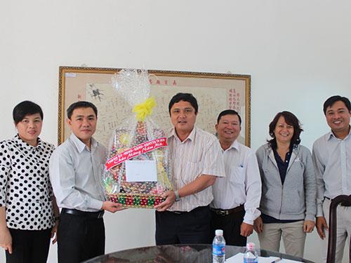 Ông Huỳnh Văn Hồng Ngọc (thứ hai, từ trái sang), Phó trưởng Ban Dân vận Thành ủy TP HCM, tặng quà và chúc Tết ban lãnh đạo Công ty Nệm Vạn Thành