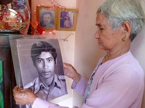 Má Đay với di ảnh của con, liệt sĩ Võ Đình Tuấn