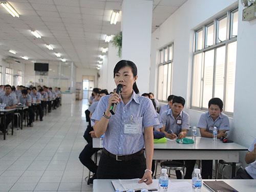 Công nhân Công ty Juki đóng góp ý kiến tại chương trình đối thoại của doanh nghiệp
