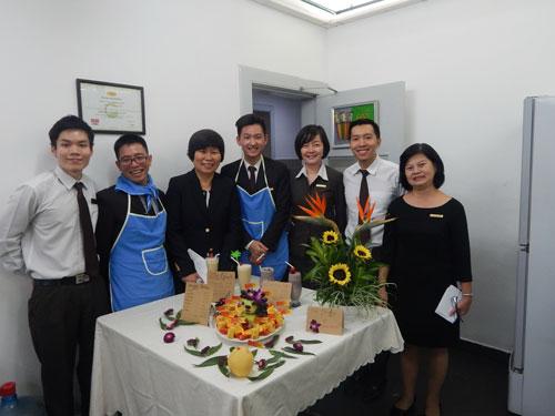 Bà Bee Lian Ng (thứ 3 từ trái sang), Tổng quản lý Công ty Liên doanh International Burotel, dự hội thi cắm hoa mừng ngày 8-3