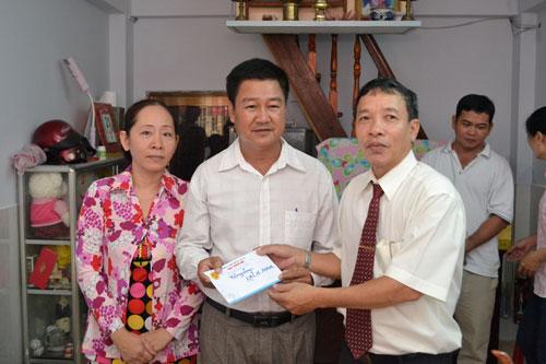 Ông Hoàng Kông Sự, Chủ tịch Công đoàn Công ty TNHH Vận tải TM-DV Nam Trung Bắc (phải), thăm và tặng quà tài xế khó khăn
