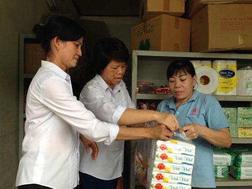 Chị Nguyễn Thị Phương Lan (giữa) bán hàng cho công nhân công ty