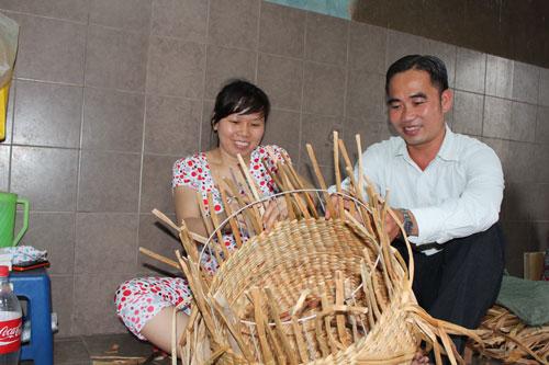 Anh Phạm Như Huỳnh trao đổi với công nhân tại xưởng