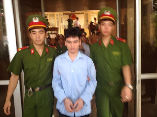 Lý Nguyễn Chung được dẫn giải ra xe